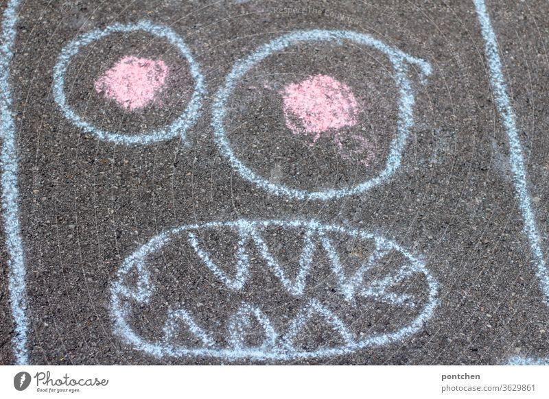 Kinderspiel. Gesicht eines Monsters mit straßenkreide gemalt Straßenkreide monster malen zeichnen kinderspiel Kreativität Kindheit Kreide Freizeit & Hobby