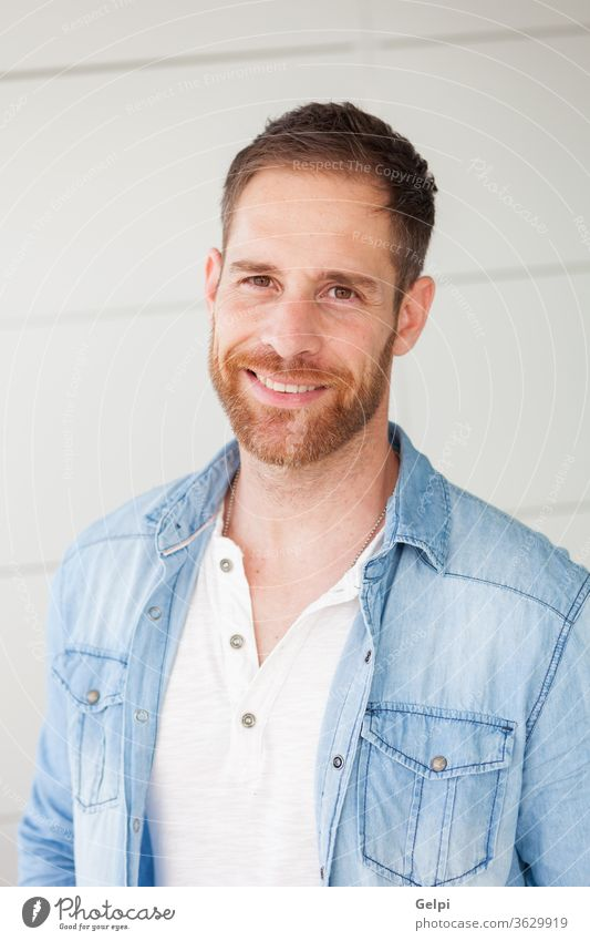 Porträt eines lässigen Typen mit Denim-Hemd männlich jung gutaussehend Mann Model Vollbart Jeansstoff attraktiv Menschen Erwachsener Person selbstbewusst Stil