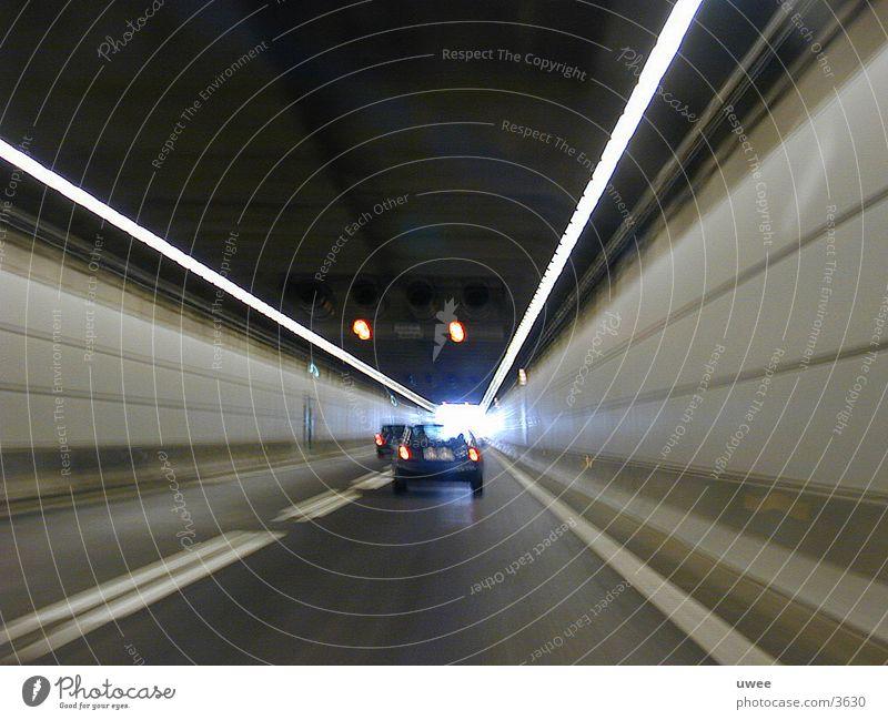 das ende des tunnels Straße PKW Linie Verkehr Geschwindigkeit Tunnel Bauwerk Schweden Dänemark Durchgang Beschleunigung