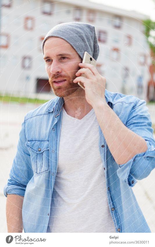 Lässiger Mode-Typ ruft mit seinem Handy an Anruf lässig Telefon jung männlich Lifestyle Mann sprechen Person Vollbart Mobile Erwachsener attraktiv Hipster