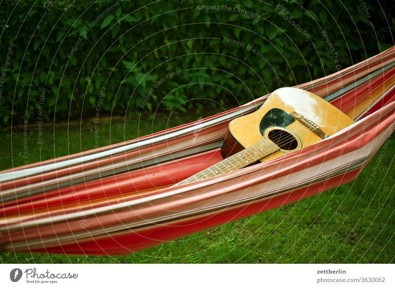 Gitarre in der Hängematte erholung ferien garten gras kleingarten kleingartenkolonie menschenleer natur pflanze rasen ruhe schrebergarten sommer stamm strauch