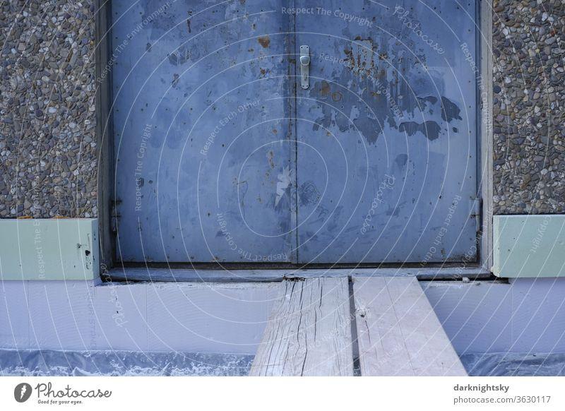 Türe und Steg als Eingang während der Sanierung Baustelle Architektur Perimeterdämmung Dämmung bauen planen Farbfoto Gebäude Außenaufnahme Menschenleer