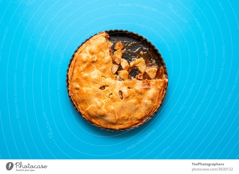 Apfelkuchen mit Karamell.  Thanksgiving-Dessert Ansicht von oben 4. Juli obere Ansicht Amerikaner Herbst Bäckerei Blauer Hintergrund Frühstück Kuchen