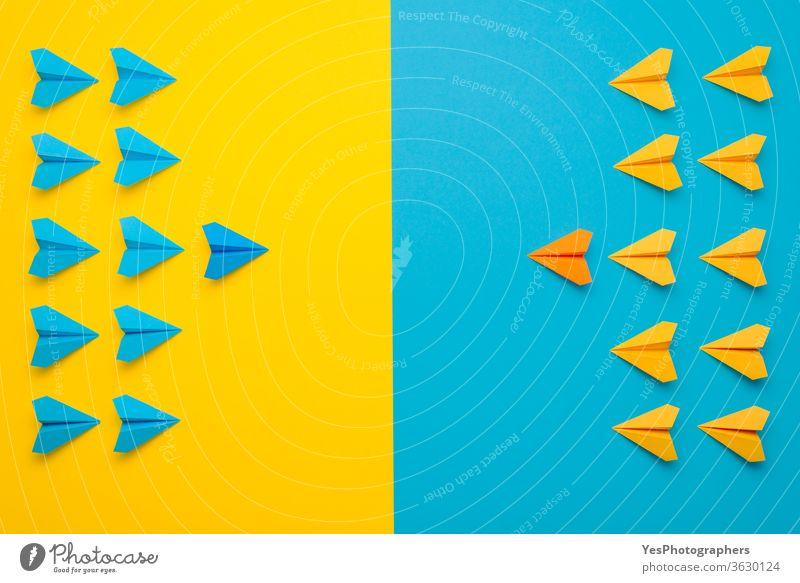 Papierflugzeug in Kampfformation. Konzept der Teamarbeit Fluggesellschaft blau Business Kandidat Vorstandsvorsitzender Kindheit farbenfroh Konkurrenz Konflikt