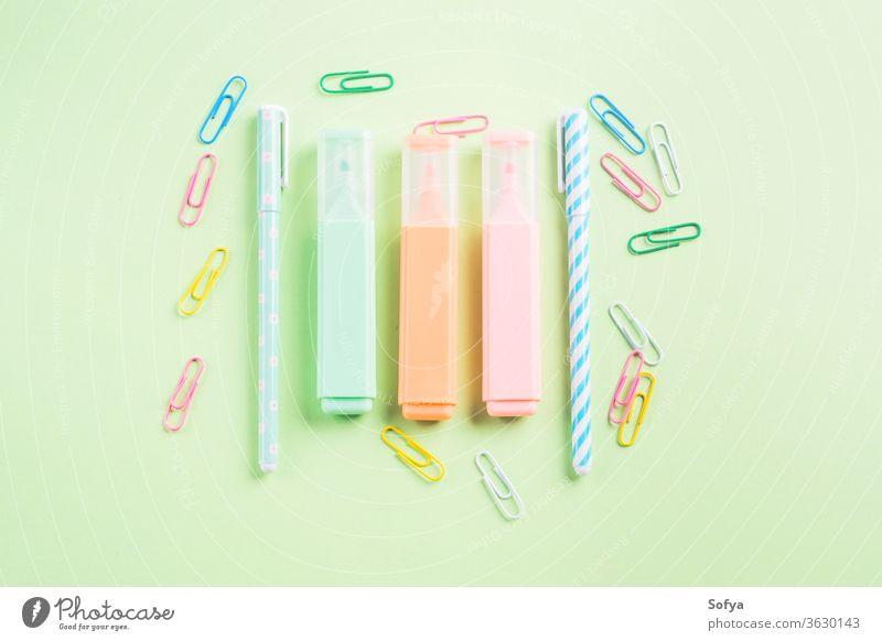 Pastellfarbene Flachlegung mit trendigem Briefpapier grün Rücken Schule flach legen farbenfroh Schreibwarenhandlung Textmarker Clips bloggend schreibend Konzept