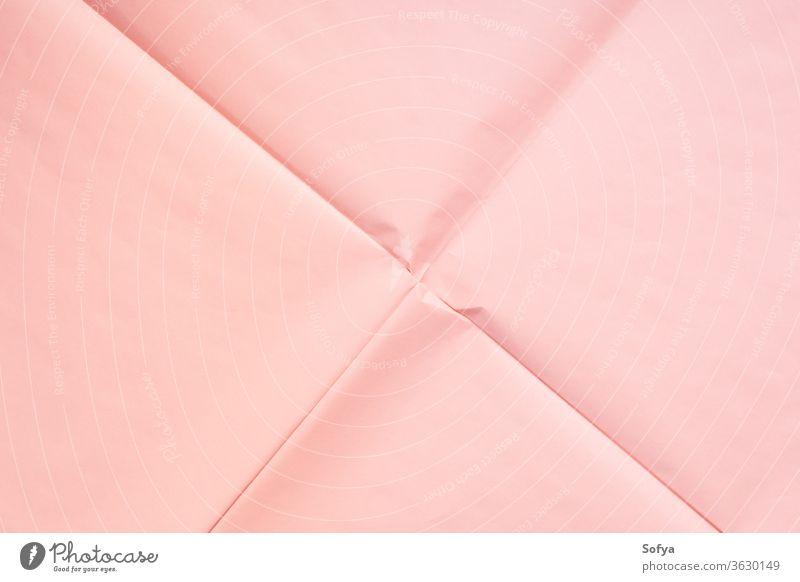 Rosa Papierhintergrund mit Knittertextur rosa Korallen Verpackung Hintergrund Bügelfalte Textur Geometrie abstrakt Kunst Konzept modern Textfreiraum Attrappe