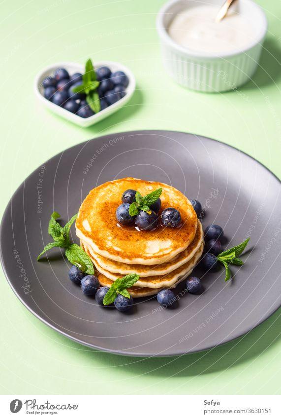 Hausgemachte Pfannkuchen mit frischen Beeren Amerikaner Frühstück Lebensmittel Blaubeeren schön gekocht kulinarisch lecker Dessert fluffig gebraten Brunch