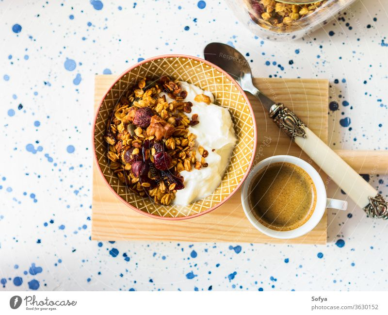 Hausgemachte Müsli-Schüssel mit Kürbis selbstgemacht essen Squash Kaffee Espresso trinken heiß Pasteten Top Ansicht Erntedankfest Herbst fallen saisonbedingt