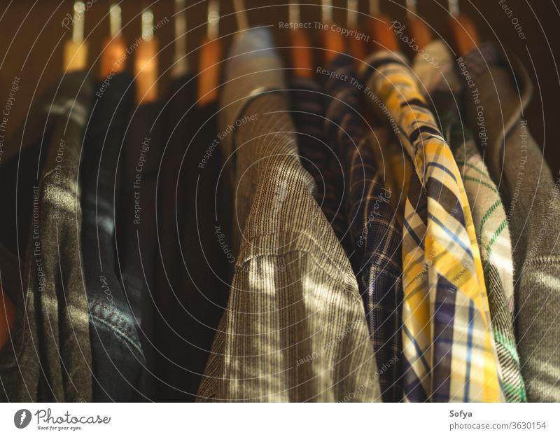 Männliche Kleidung auf Holzbügeln im Inneren des Schrankes. Kleiderbügel männlich authentisch Morgen Hemd Kleiderschrank Mode täglich anhaben Mann Stil hängen