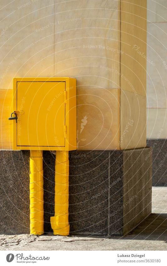 Gelbe Metallbox texturiert Schloss Hardware Stahl im Freien gelber Kasten Hintergrund schwarz Container offen metallisch Objekt bequem Nahaufnahme bauen Single
