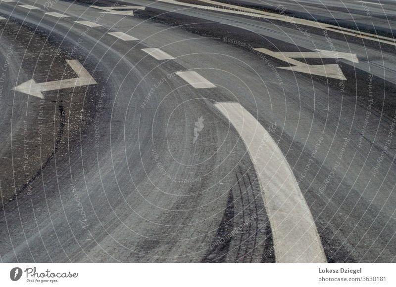 Fragment einer Asphaltstraße mit gemalten Streifen und Pfeilen im Freien vor Fahrspur Benachrichtigung niemand Straßenrand Laufwerk Automobil Regie Fußgänger