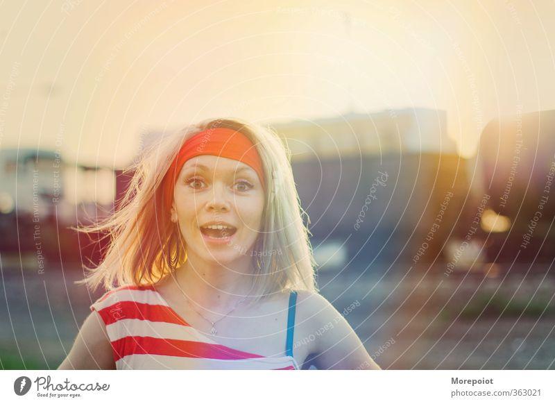 Emotionen feminin Junge Frau Jugendliche Erwachsene Kopf 1 Mensch 18-30 Jahre Blick stehen leuchten mehrfarbig gelb orange rot Gefühle Freude Fröhlichkeit