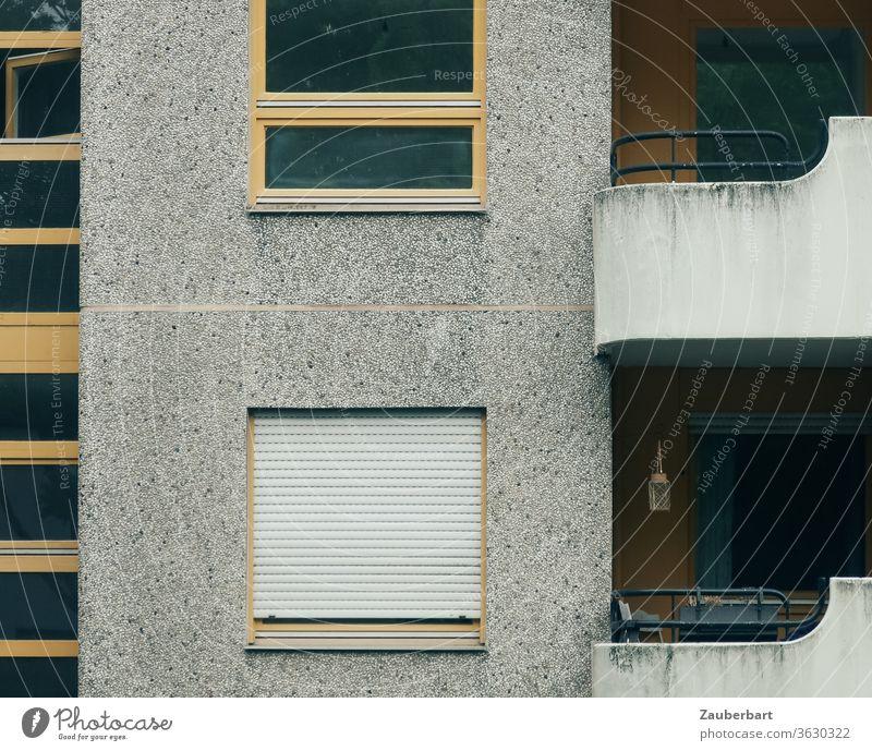 Fassade eines Wohnhauses, Fenster und Balkon aus Beton in Neukölln Haus Hochhaus Sozialwohnung Hauswand trist wohnen Wohnmaschine abstrakt formen Architektur