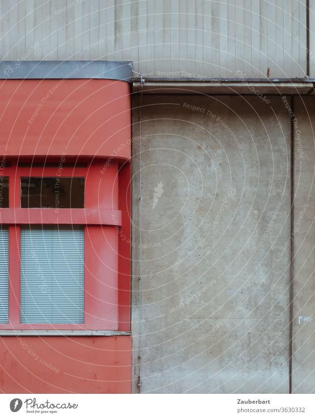 Detail der Fassade eines Feuerwehrgebäudes in Berlin Neukölln in rot und grau Beton Wand Tor Fenster Spiegelung geometrisch Segmente 70er Fugen vertikal