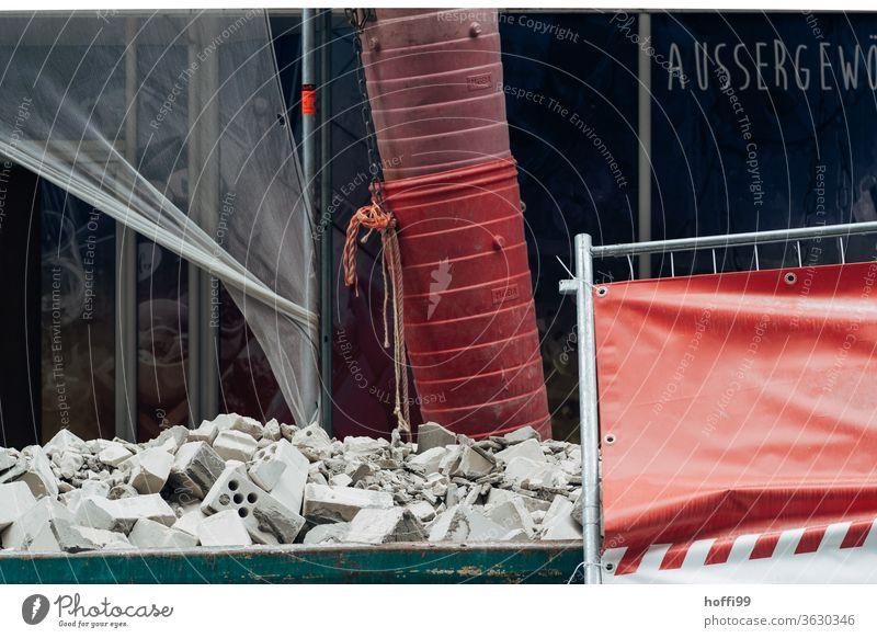 Schuttrutsche mit Bauschutt im Container - Innenstadt entkernen Schutthaufen Schuttcontainer Bauschuttrutsche Baustelle Müll Schrott Demontage Verfall kaputt