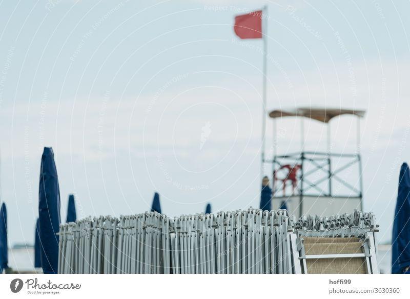 Am Strand sind die Liegen wieder eingeholt - Feierabend. Liegestuhl Strandleben Sonnenschirm Klischee maritim Ferien & Urlaub & Reisen Wellness Schatten Himmel