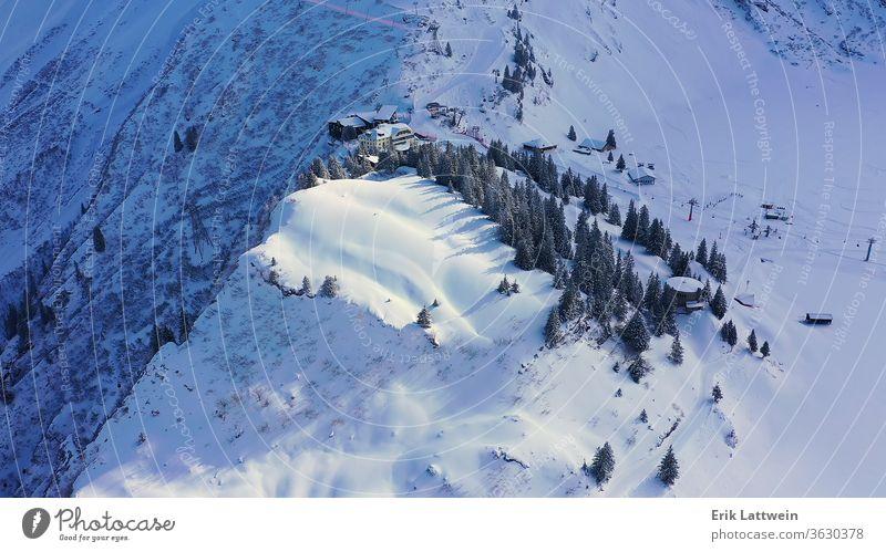 Flug über verschneite Berge im Winter - wunderbare Schweizer Alpen Schnee Landschaft Deckung Berge u. Gebirge schön Szene Wald Hintergrund kalt märchenhaft