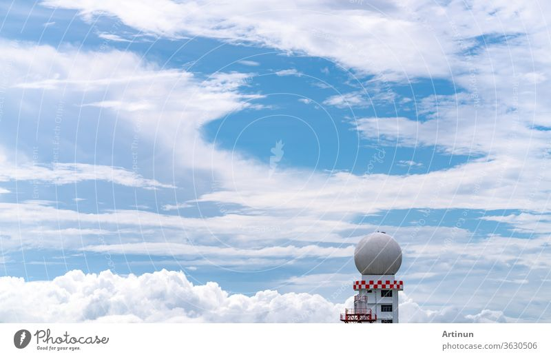 Wetterbeobachtungen Radarkuppelstation vor blauem Himmel und weißen flauschigen Wolken. Nutzung des Turms der Station für meteorologische Luftfahrtwetterbeobachtungen für Sicherheitsflugzeuge in der Luftfahrt. Kugelförmiger Turm.