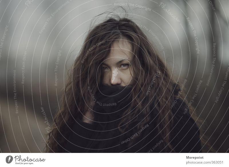 Luiza feminin Junge Frau Jugendliche Erwachsene Kopf Haare & Frisuren 1 Mensch 18-30 Jahre Mantel Schal brünett langhaarig Locken Blick stehen außergewöhnlich
