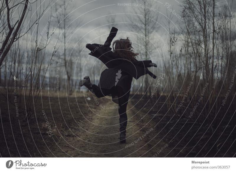 Flug Junge Frau Jugendliche Erwachsene Körper 1 Mensch 18-30 Jahre Natur schlechtes Wetter Baum Wald Bekleidung Pullover brünett langhaarig fliegen springen