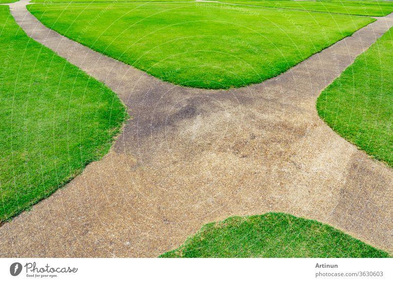 Pfad auf dem Hintergrund der grünen Rasentextur. Weg an der Kreuzung abstrakt Gegend schön Sauberkeit Nahaufnahme Farbe Konkurrenz Straßenkreuzung Kurve Design