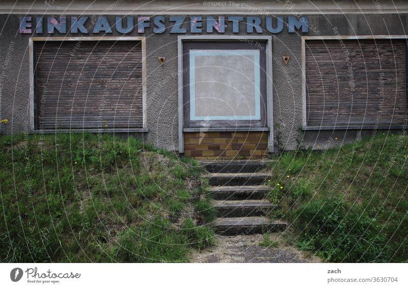 7 Tage durch Brandenburg - dauerhaft geschlossen Haus alt kaputt Verfall Ruine Gebäude Zerstörung Mauer Fassade Vergangenheit Vergänglichkeit Wand Fenster