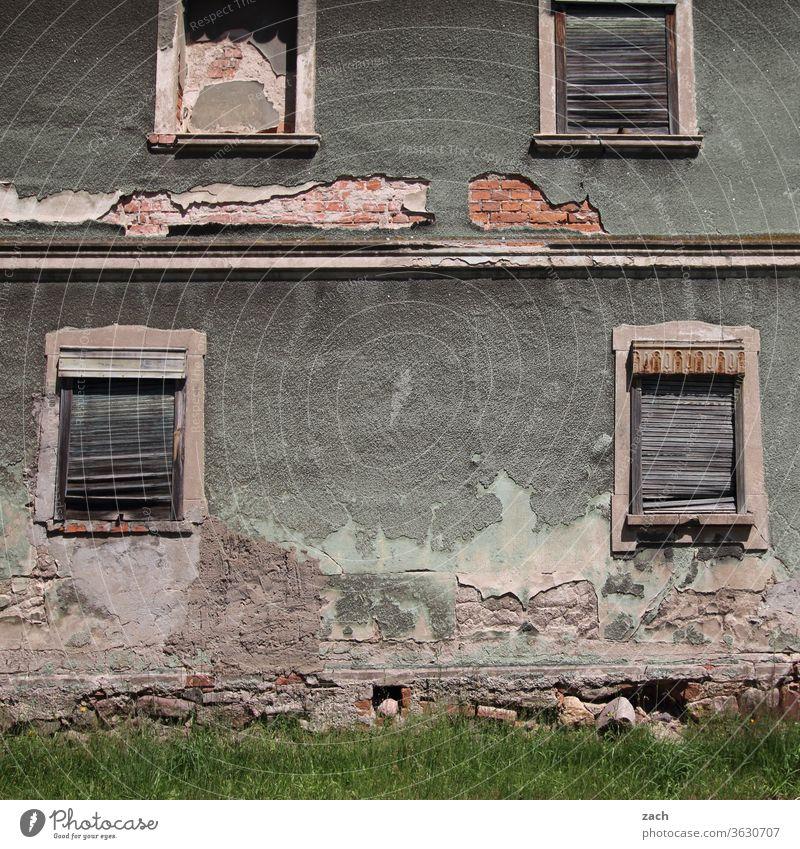 7 Tage durch Brandenburg - guck nicht so trüb, altes Haus kaputt Verfall Ruine Gebäude Zerstörung Mauer Fassade Vergangenheit Vergänglichkeit Wand Fenster