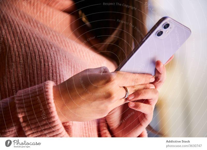 Ruhige Frau surft auf Smartphone zu Hause sich[Akk] entspannen Wochenende heimwärts Browsen Windstille Harmonie Nachricht benutzend charmant Gerät Apparatur
