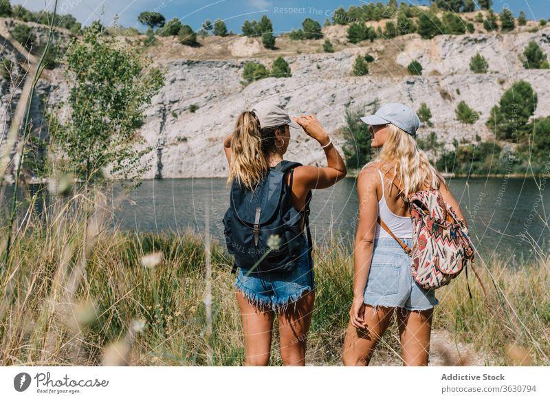 Beste Freundinnen im Urlaub am See bester Freund Feiertag sorgenfrei Frauen bewundern Landschaft spektakulär Gras Shorts stehen sonnig sich[Akk] entspannen