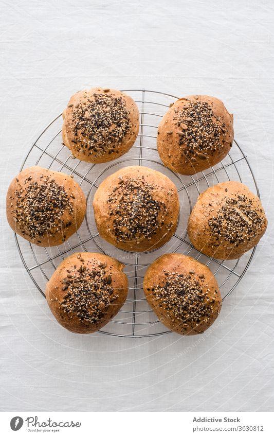 Schmackhafte hausgemachte Brötchen mit einer Mischung aus Sesamkörnern Portion Samen Brot Lebensmittel natürlich Bäckerei kühlen Ablage frisch Sammlung Knusprig