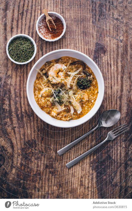 Risottogericht mit Meeresfrüchten Reis Mahlzeit Lebensmittel Teller Küche Draufsicht Italienisch Granele Speise Feinschmecker lecker mediterran Abendessen
