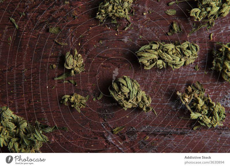 Getrocknete Cannabis-Knospen auf Holztisch Marihuana Unkraut getrocknet Blütenknospen Haufen medizinisch Medikament hoch Erholung Dope organisch natürlich