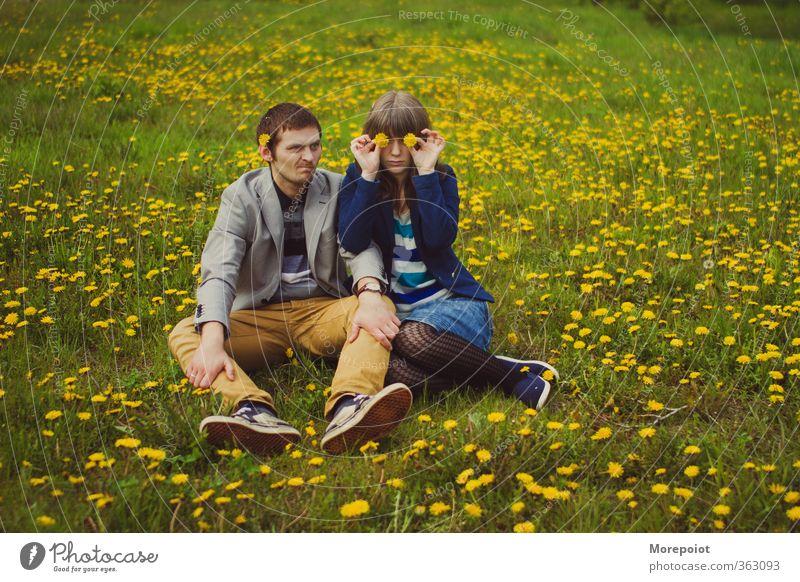 Löwenzähne Mensch Junge Frau Jugendliche Junger Mann Erwachsene Körper 2 18-30 Jahre Schönes Wetter Blitze Blume Gras Park Feld Blick sitzen lustig weich