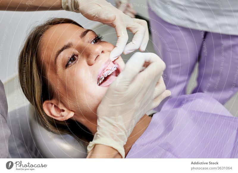 Pflanzenzahnarzt untersucht Zähne des Patienten geduldig Zahnarzt Spiegel Mund prüfen Zahnspange Kieferorthopäde Arzt mündlich Klinik Leckerbissen Pflege