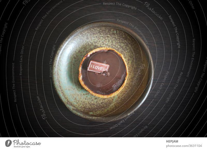 """Karte mit Botschaft """" Ich liebe dich """" auf Schokoladenkeksen Jahrestag backen Transparente Biskuit Frühstück Kuchen Kerze feiern Feier Cupcake lecker Dessert"""