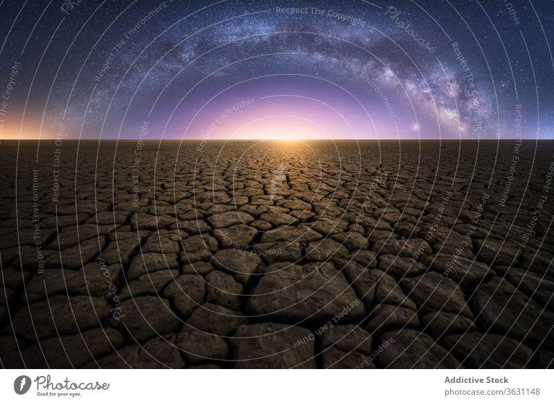 Trockener Boden unter der nächtlichen Landschaft der Milchstraße Milchstrasse Nacht trocken trocknen wüst geknackt wild Stern dunkel Himmel Weltall Natur