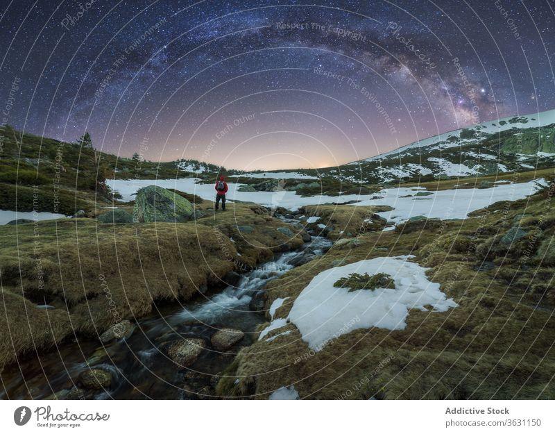 Reisende bewundern Blick auf Milchstraße in gebirgigem Gelände Milchstrasse Berge u. Gebirge Reisender Landschaft Himmel Dämmerung Natur rau wild Berghang