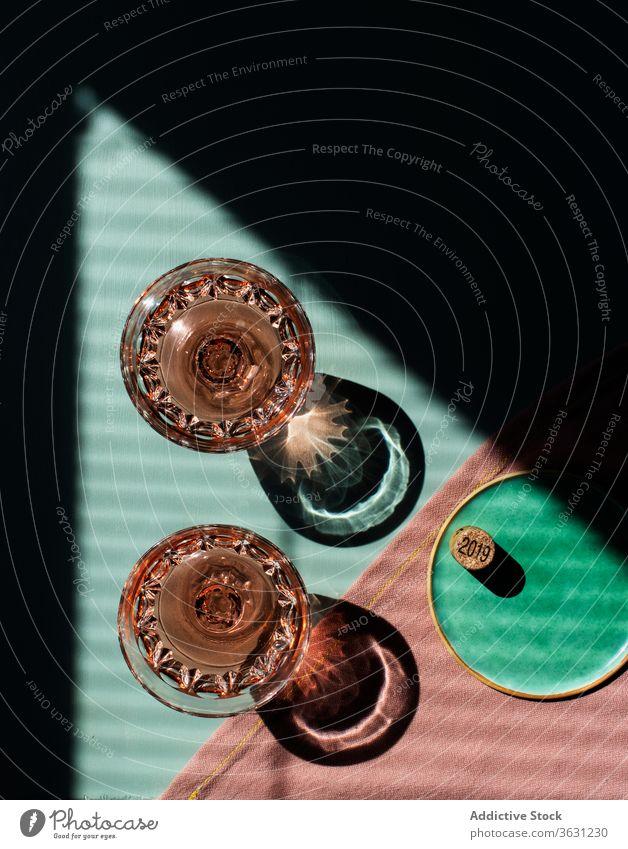 Rosenweingläser auf dem Tisch Rosenweinglas natürliches Licht Schatten hart Brille Aperitif sich[Akk] entspannen trendy Glitter Nahaufnahme Getränke
