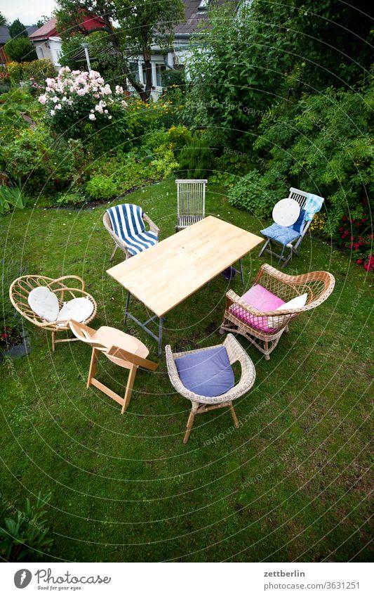 Tisch mit Stühlen erholung familie ferien garten gartenmöbel gartenparty gemeinschaft gespräch gras kleingarten kleingartenkolonie kommunikation kreis