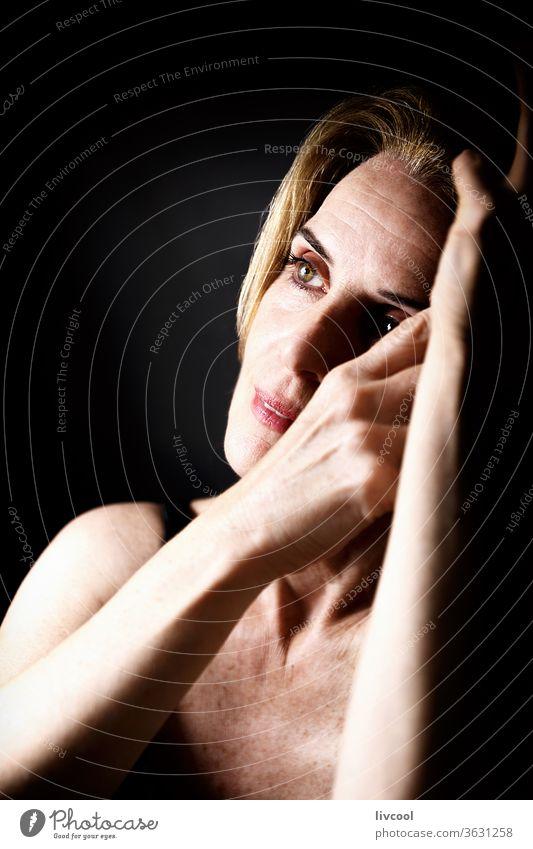 schöne reife Frau in romantischer Haltung II Porträt Erwachsener Schönheit gestikulierend romantische Haltung Gesicht Hände Vor dunklem Hintergrund Finger