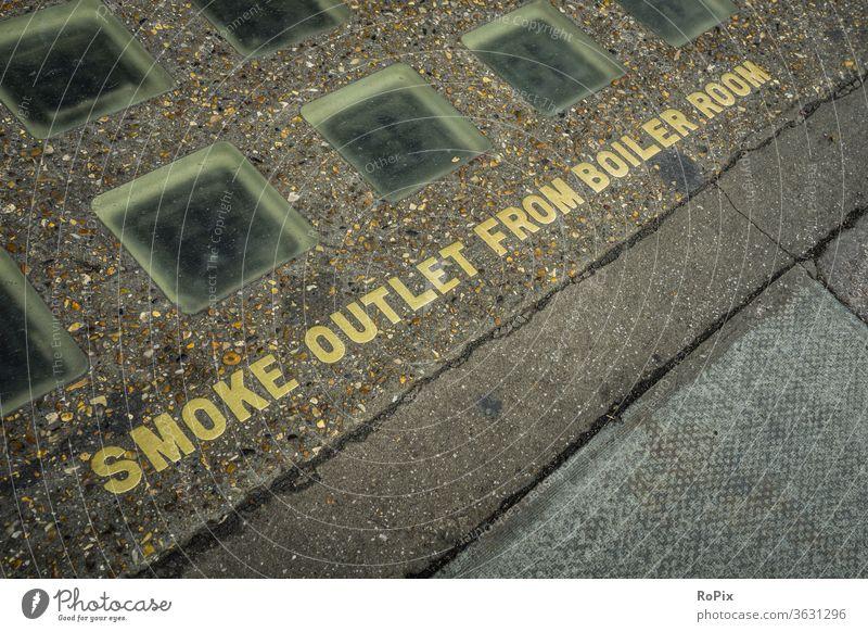 Britische Warnung vor heißer Luft. Mauer Glasbausteine Wand wall lasiert Architektur Haus Hauswand Stadt urban städtisch Kunst Lasur Mauerwerk Stone art