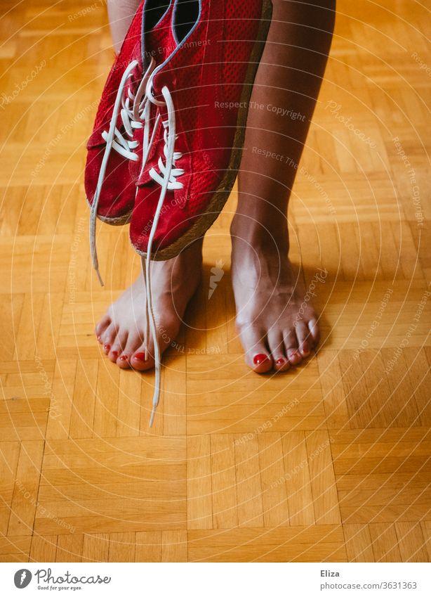 Die Beine und Füße einer Frau und rote Turnschuhe Barfuß barfuß roter Nagellack lackiert Zegennägel Sneaker feminin Haut Fuß schweißfüße Schuhe käsefüße