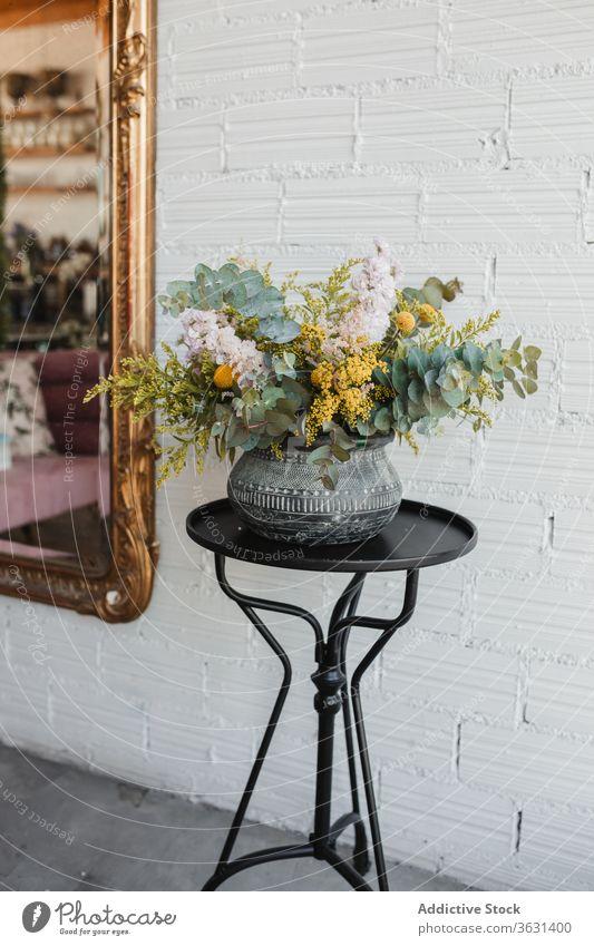 Keramische Vase mit bunten Blumen auf dem Tisch Blumenstrauß Floristik frisch natürlich farbenfroh verschiedene Topf kreativ schön Eukalyptus Goldrute Craspedia