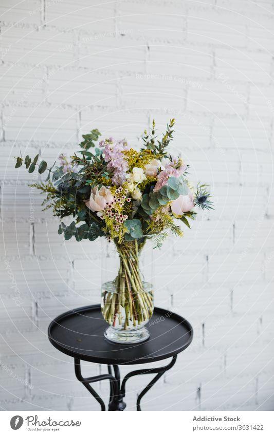 Glasvase mit bunten Blumen auf dem Tisch Blumenstrauß Floristik frisch natürlich farbenfroh verschiedene Vase Topf kreativ schön Craspedia Pflanze Dekor Design