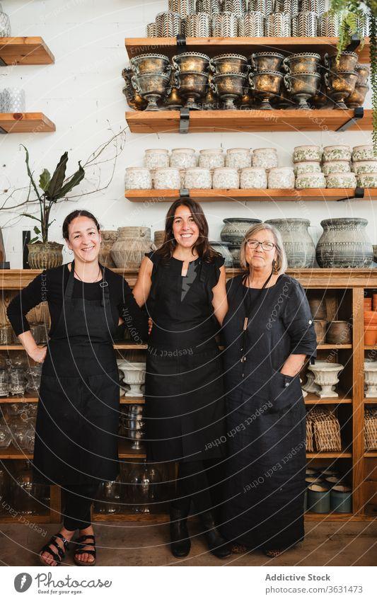 Fröhliche Frauen arbeiten im Blumengeschäft Blumenhändler Floristik Zusammensein Kollege Besitzer positiv Lächeln Glück Porträt freundlich Kleinunternehmen