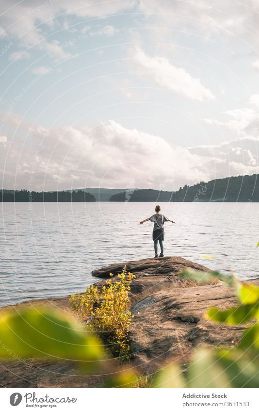 Einsamer Reisender am Seeufer stehend Frau Stein Natur reisen Freiheit Harmonie Ufer Landschaft genießen Wasser Felsen Tourismus Abenteuer Algonquin PP Kanada