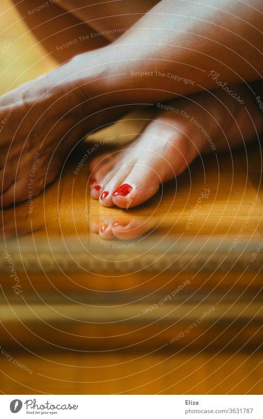 Füße mit rot lackierten Nägeln rote Nägel Nagellack Pediküre Fußnägel Barfuß feminin Beine Haut Boden Fußboden Zehen Frau Zehennagel Körperpflege schön nackt