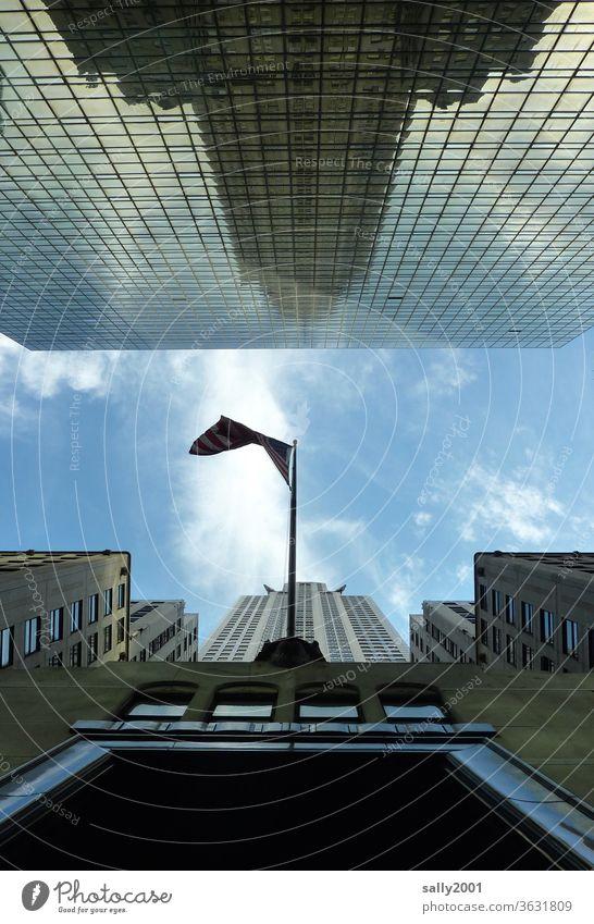 Froschperspektive in New York... Empire State Building Spiegelung New York City Hochhaus USA Amerika Wahrzeichen Manhattan Gebäude himmelwärts Himmel