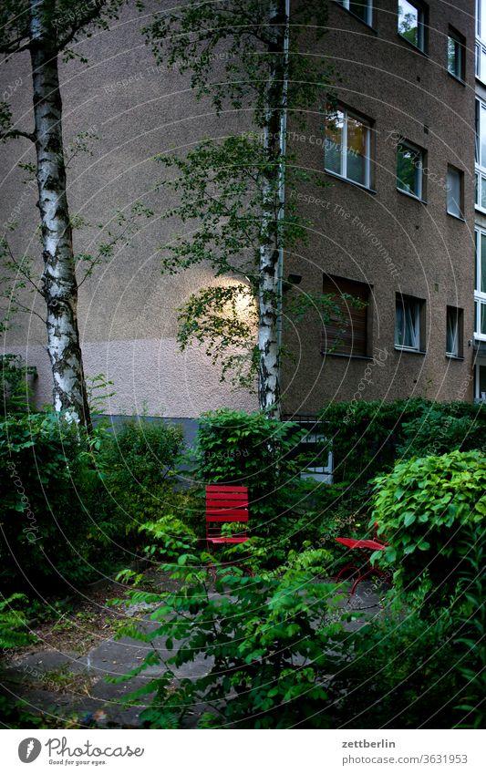 Wohngebiet zum Feierabend altbau außen brandmauer fassade fenster haus hinterhaus hinterhof innenhof innenstadt mehrfamilienhaus menschenleer mietshaus