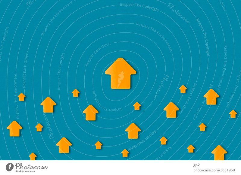 Pfeile die nach oben zeigen richtungweisend Orientierung Richtung Zeichen Schilder & Markierungen Wege & Pfade Ziel aufwärts Aufwärtsentwicklung aufwärtstrend